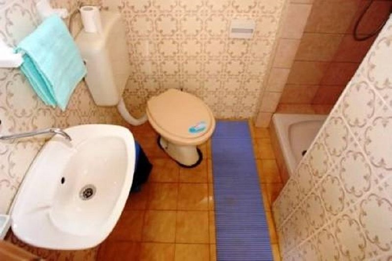 A2 Mateo(4): bathroom with toilet