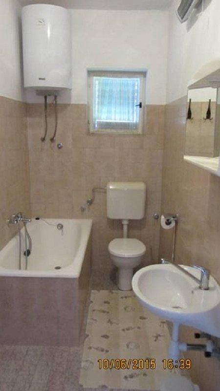 A1 (6 + 1): baño con inodoro.