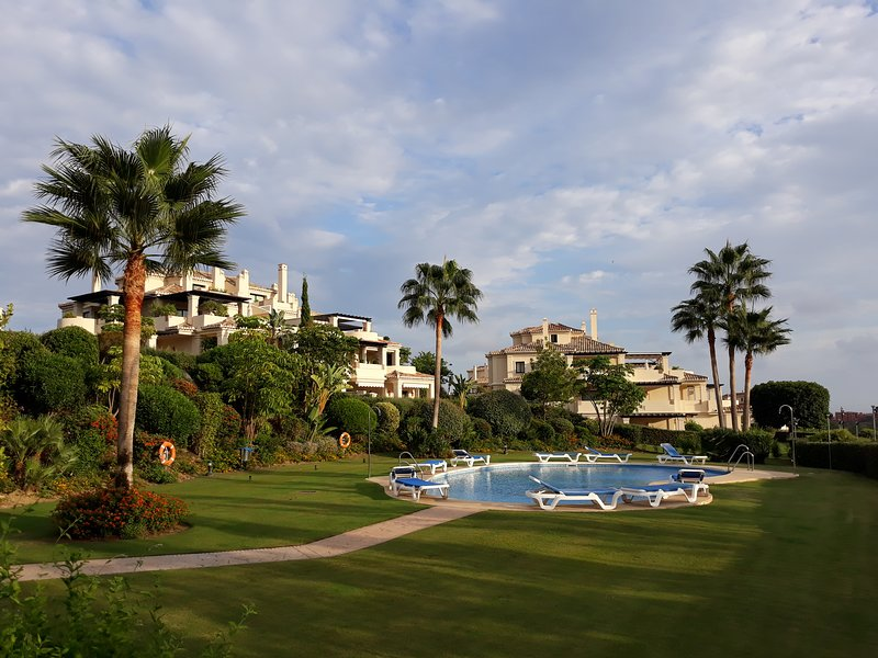 Capanes del Golf - Stunning 2 Bed Golfer and Family-friendly Apartment, location de vacances à Benahavis
