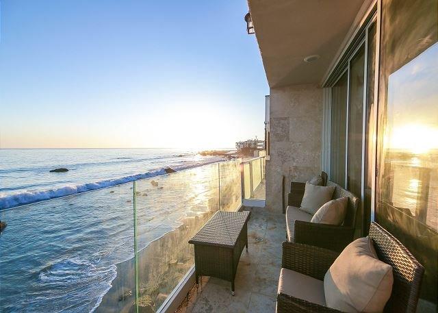 Malibu Paradise - Epic Beachfront w/ Kayaks, Bikes & Sunset-View Balcony, holiday rental in Malibu