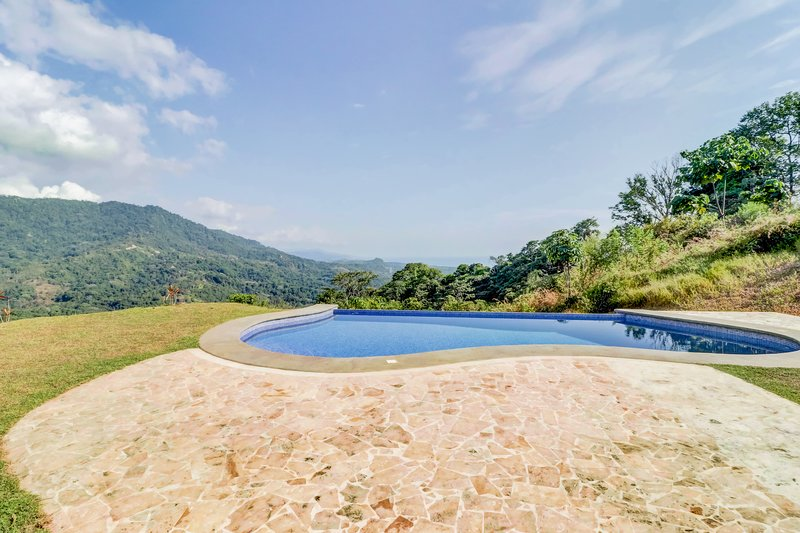 Secluded house on hilltop w/ infinity pool & stunning jungle views, alquiler de vacaciones en Playa Matapalo