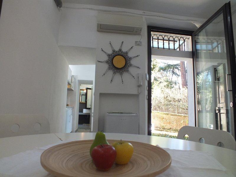 Sala con vista giardino e cucina