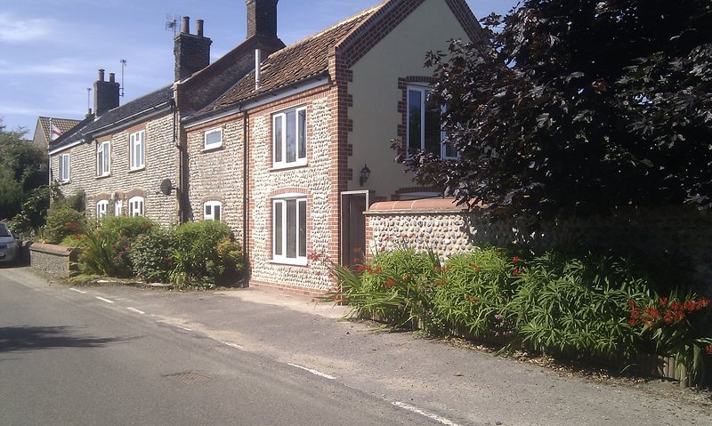 Rose Cottage, 2-bed pet-friendly, two receptions with dog-safe enclosed garden, holiday rental in Mundesley