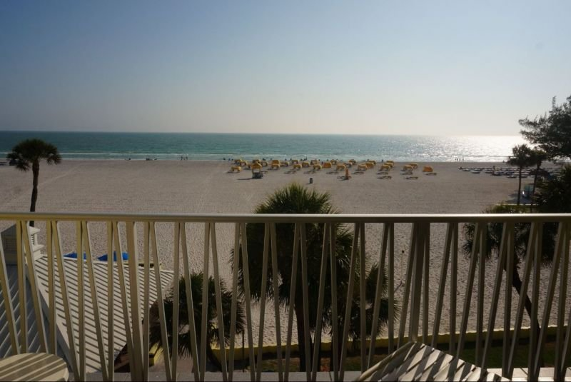 VALUE DEAL! BEAUTIFUL 1BR WITH GULF VIEW! POOLS, HOT-TUB, GRILL, TENNIS, BBQ, aluguéis de temporada em Saint Pete Beach