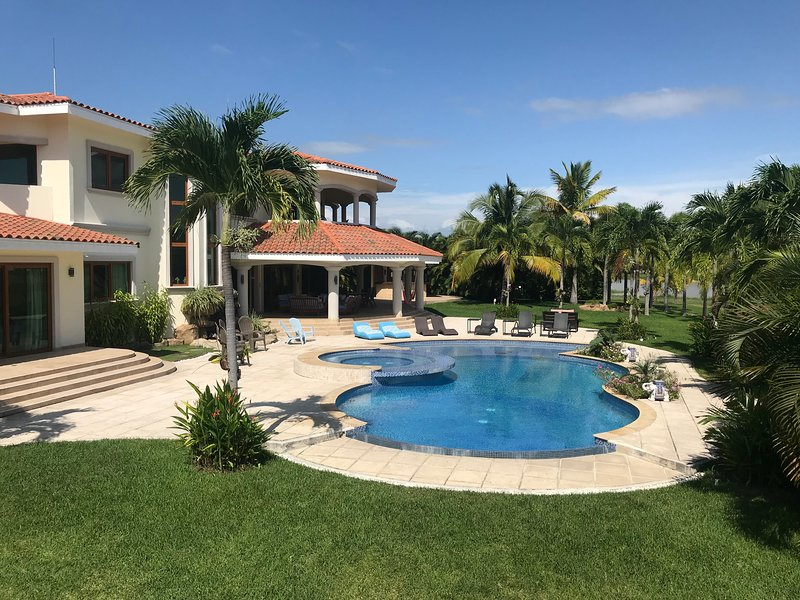 Lakefront Mansion at The Buenaventura Golf & Beach Resort Gated community., vacation rental in Farallon