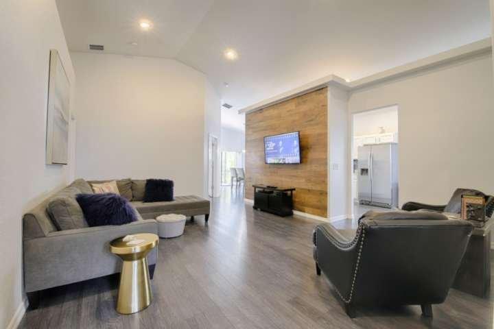Espace de vie joliment rénové avec beaucoup d'espace, TV sectionnelle et à écran plat surdimensionné