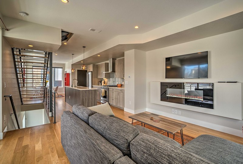 Fully Loaded Denver Townhome: 1 Block to Mile High, holiday rental in Edgewater