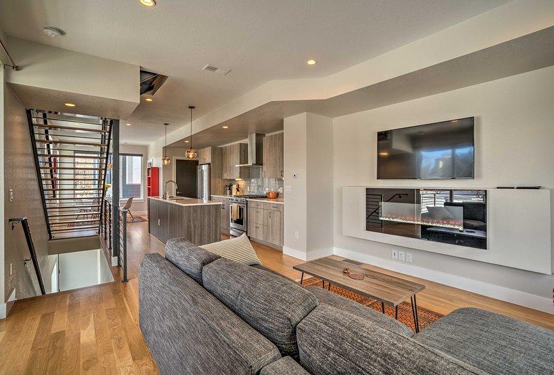 Haga de esta casa adosada actualizada de 1,640 pies cuadrados su destino en Denver.