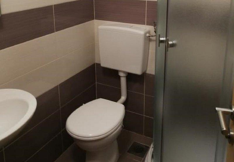 A1(4) prizemlje: bathroom with toilet