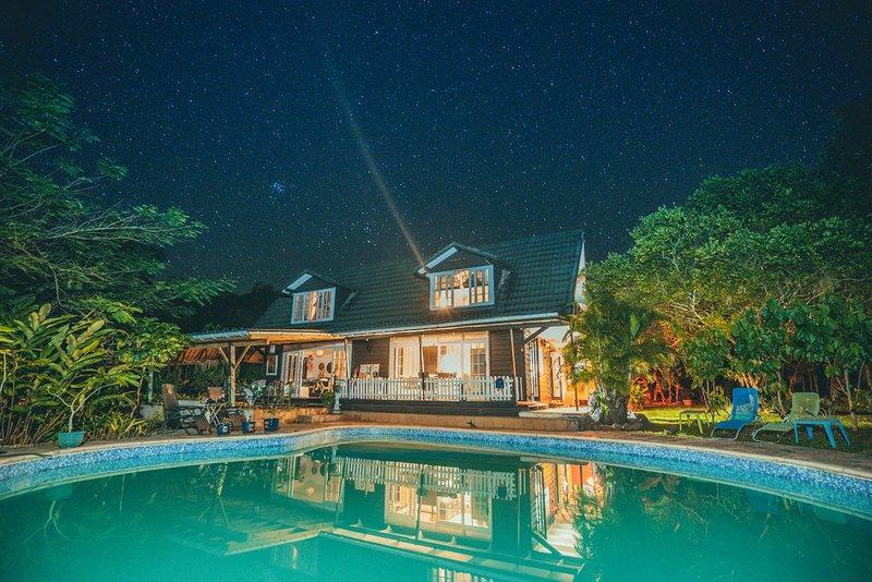 Venez-vous ressourcer et vous reconnecter dans ce lieu paisible: Fare Haurevaiti, vacation rental in Temae