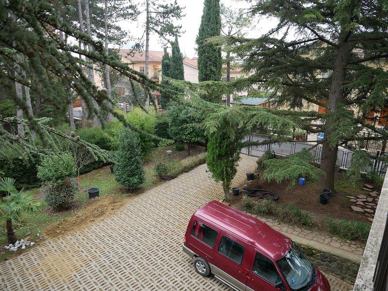 ingresso principale e parcheggio privato