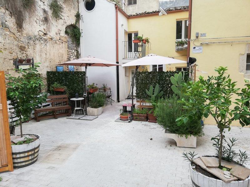 ingresso casa Anto, patio per colazione periodo primavera estate