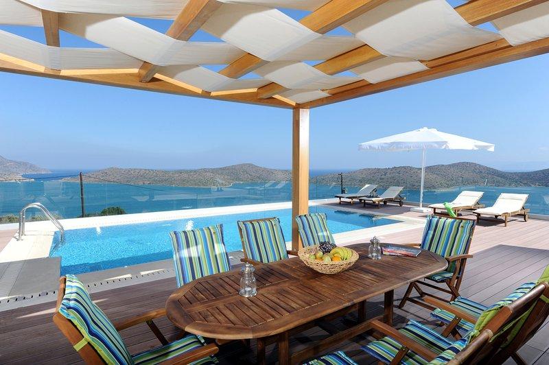 Modern,seafront,superb view,pool, alquiler vacacional en Elounda