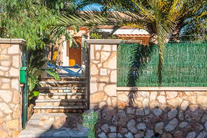 Portocolom Villa Sleeps 6 with Air Con and WiFi - 5000850, holiday rental in Cala Marcal