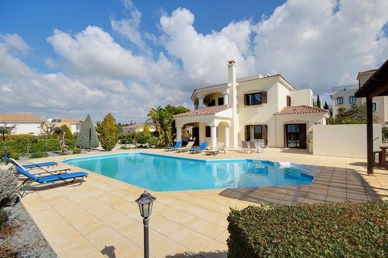 VILLA MAJOR, A SUPER 4 BED DETACHED VILLA WITH PRIVATE POOL & SUPER SEA VIEWS!!, vacation rental in Kouklia