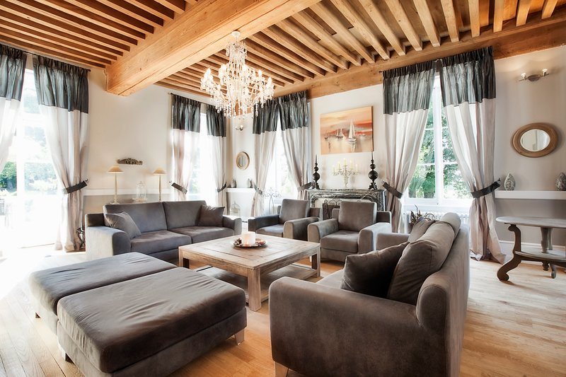 Lans Chateau Sleeps 14 with Pool and Air Con - 5049847, location de vacances à Laives