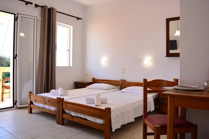 Raph Apartments By The Sea #3, location de vacances à Agia Marina