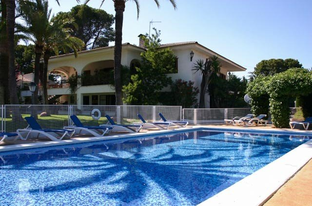Large Luxury Family Home With Private Tennis Court And Swimming Pool, location de vacances à Naquera