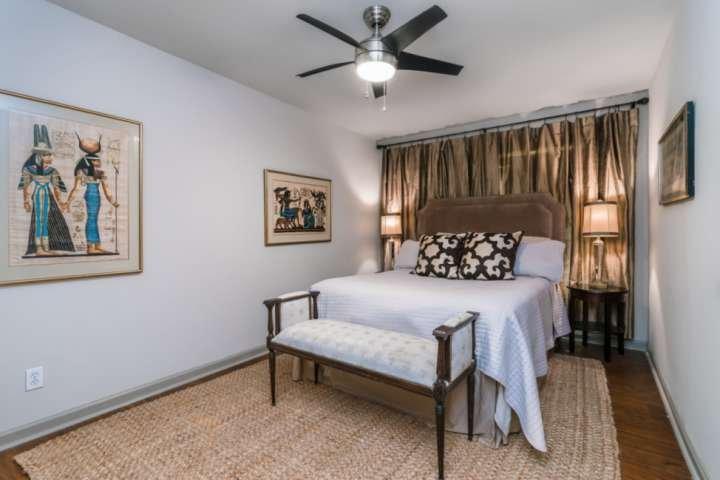 La cómoda cama tamaño queen, las dos mesitas de noche, la cómoda y los tonos cálidos hacen de esta habitación el lugar perfecto para una noche de descanso reparador.