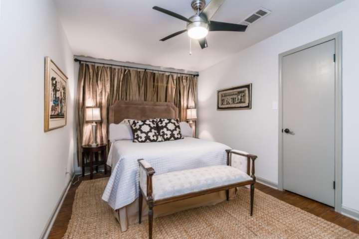 El dormitorio principal cuenta con una cama Queen muy cómoda, un ventilador de techo, un cómodo banco tapizado y una cómoda.