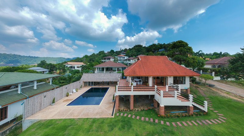 Beautiful hilltop villa with outdoor pool, location de vacances à Ko Lanta