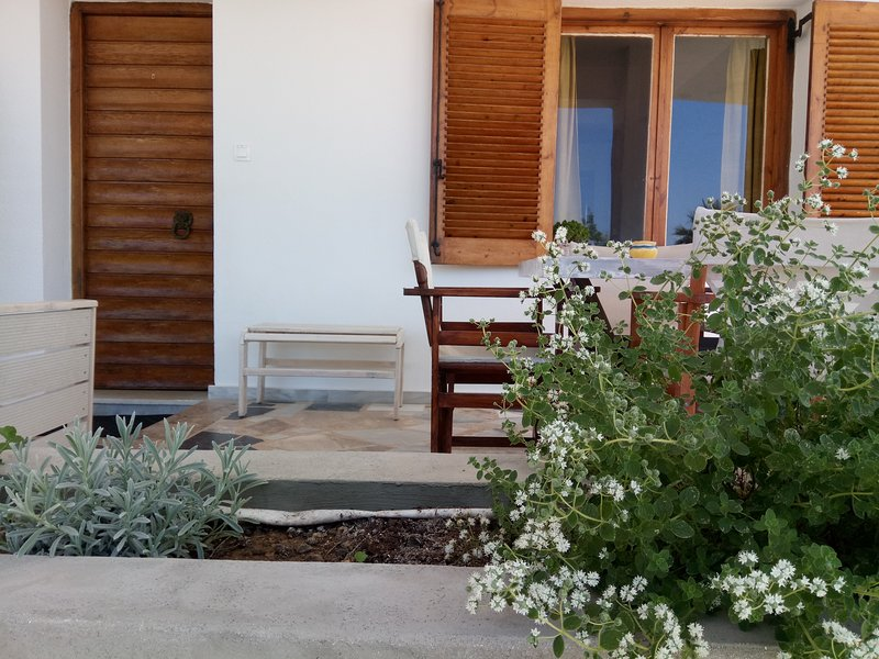 Garden Apartment across the beach, holiday rental in Kalamaki