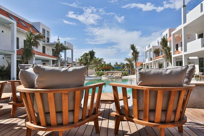 Relaxe a área perto da piscina