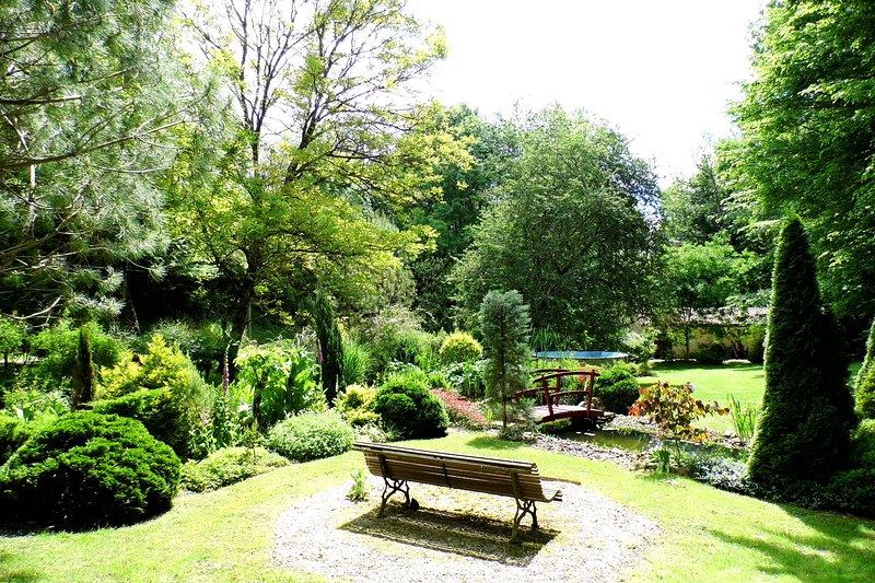 Petit château avec jardin enchanté, holiday rental in Berbiguieres