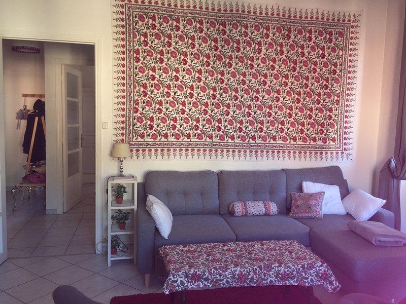 A sala de estar. (salas independentes para ir ao banheiro ou à cozinha