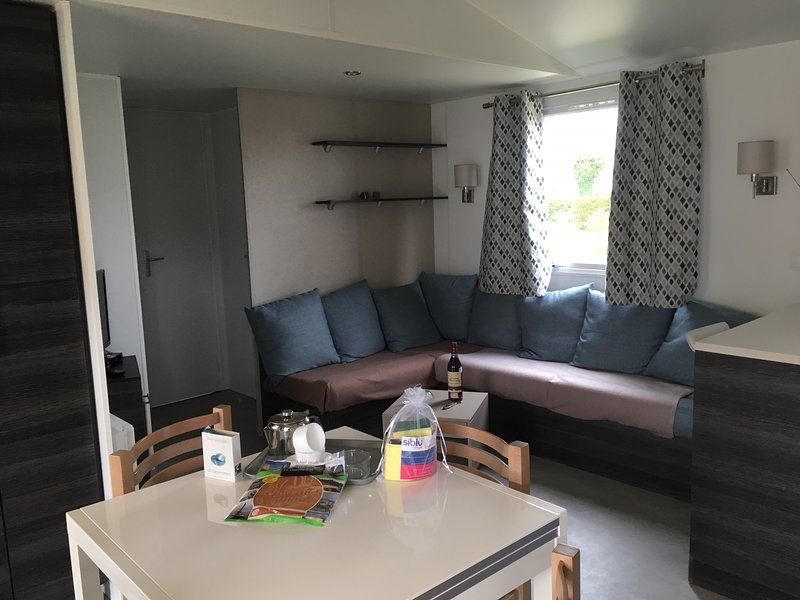 Mobilhome neuf 8 pers, 3 ch, 2 sdb, Lave linge, lave vaisselle, terrasse couvert, holiday rental in La Palmyre-Les Mathes