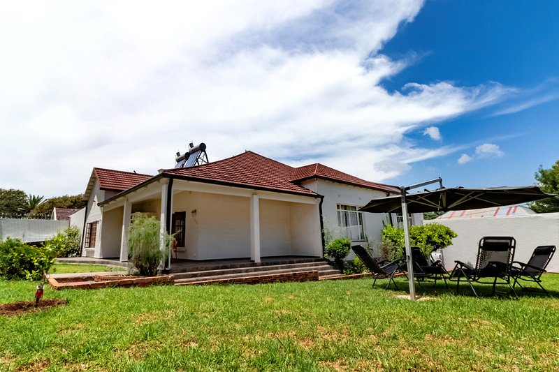 Aura Guest house, spacious 9 rooms & 10 Queen Beds, vacation rental in Johannesburg