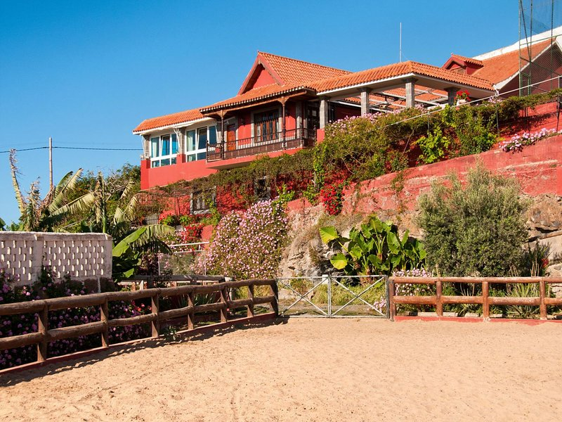 Villa for 10 in Gran Canaria near Arucas Village, holiday rental in Banaderos