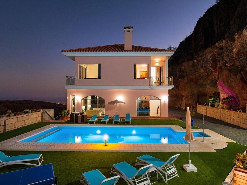 Majestic Villa Monte Leon for 6 + 6, holiday rental in Monte Leon