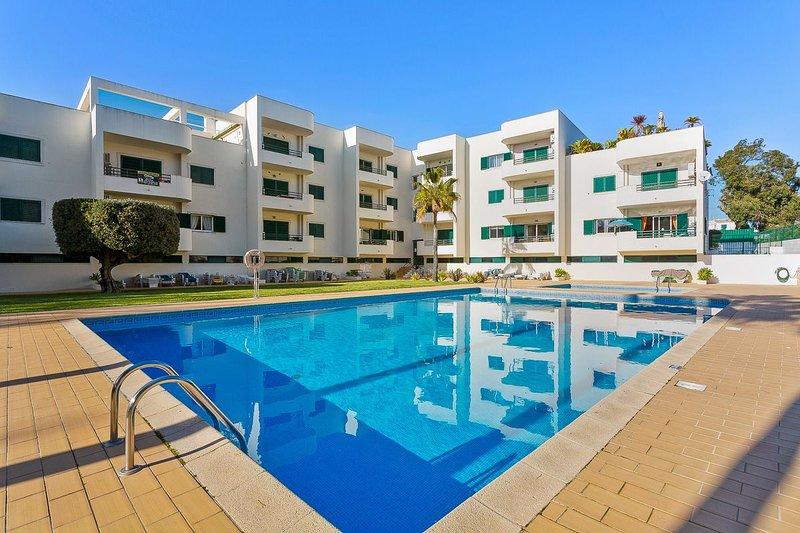 2 bedroom apartment near Praia dos Aveiros beach, restaurants and shops., alquiler de vacaciones en Areias de Sao Joao