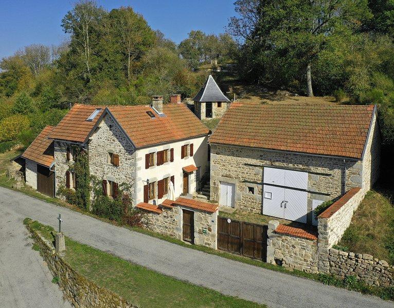 Beautiful Traditional French Farmhouse, alquiler vacacional en Charensat