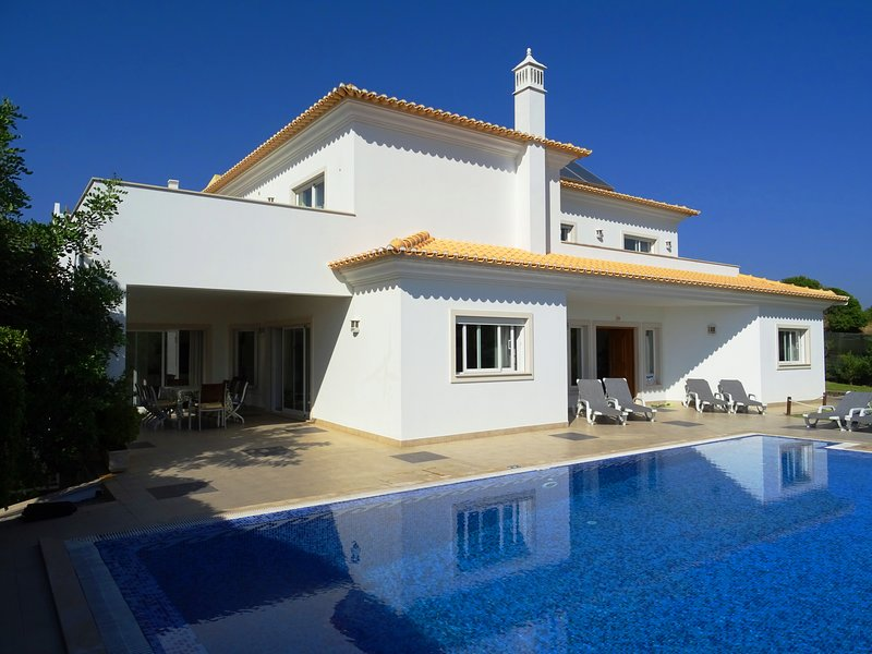 Marazul - Luxury villa w/ private pool,games room,sea view, holiday rental in Albufeira