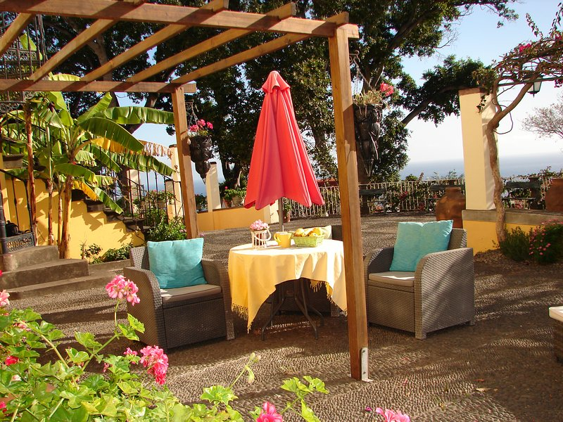 Lavender Apartment, cozy and bright, pool, great gardens and sea view, holiday rental in Funchal