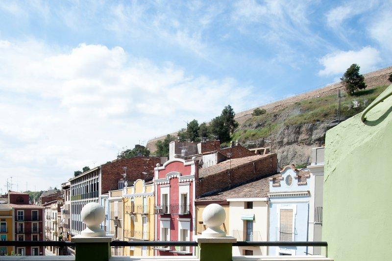 El ático del holandés, ático con terraza y vistas a la muralla medieval, Ferienwohnung in Alfarras