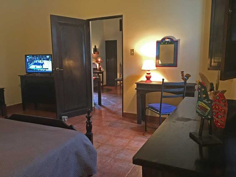 Habitación doble con TV por cable y tocador