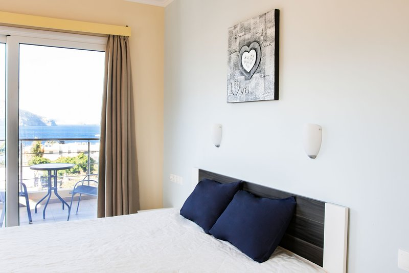 Beautiful apartment with sea view, aluguéis de temporada em Kipi Afiarti