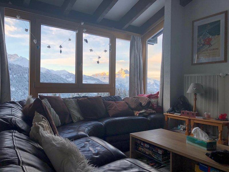 Swiss Chalet style duplex apartment sleeps 6 near Gryon Villars, location de vacances à Alpe des Chaux