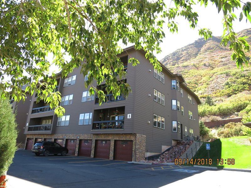 MT SOPRIS 2BD/2BA CONDO FOR EXTENDED STAY WHITEWATER RAFTING SKIING DOWNTOWN, holiday rental in Glenwood Springs