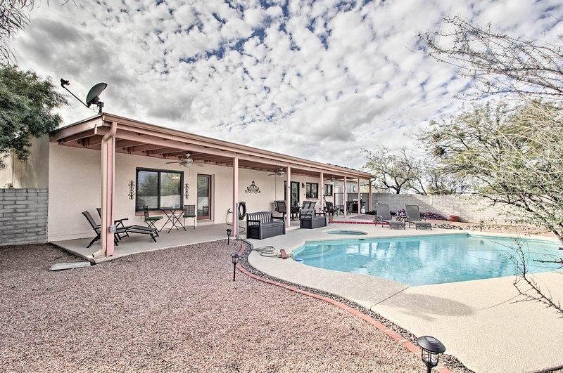 'Casa De Rancho Feliz' w/ Hot Tub & Mountain View!, alquiler de vacaciones en Casas Adobes