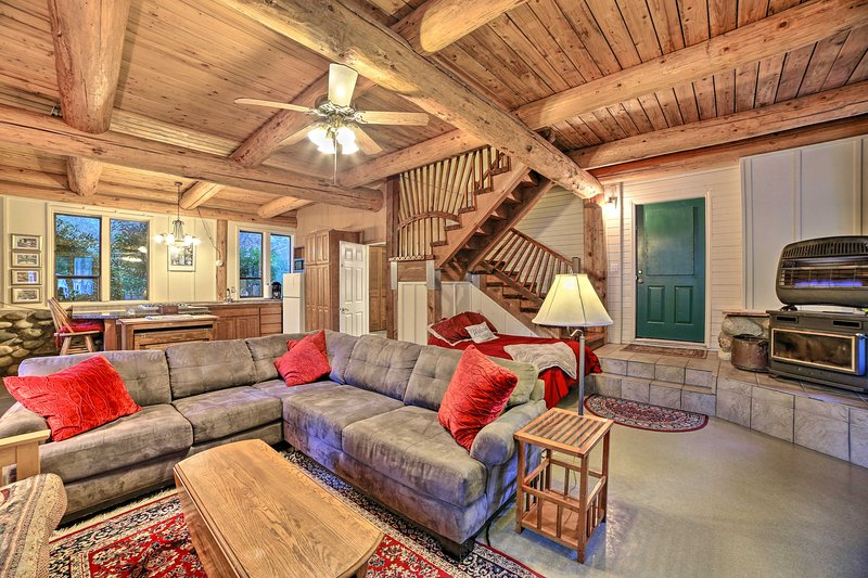 Cozy Bow Cabin on 5 Acres w/ Fire Pit Near Hiking!, alquiler de vacaciones en Mount Vernon