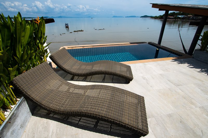 Ocean front Villa with private infinitypool and A/C, holiday rental in Ban Sala Dan