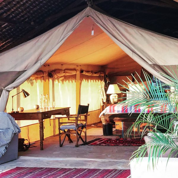 Tentes de safari spacieuses avec lits confortables et salles de bains attenantes. Tous profitant d'une vue sur la montagne.