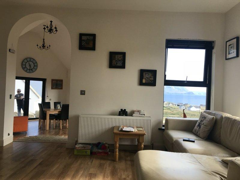 Ocean Breeze Beautiful 3 bedroom  house, stunning sea views faulmore belmullet, holiday rental in Bangor Erris