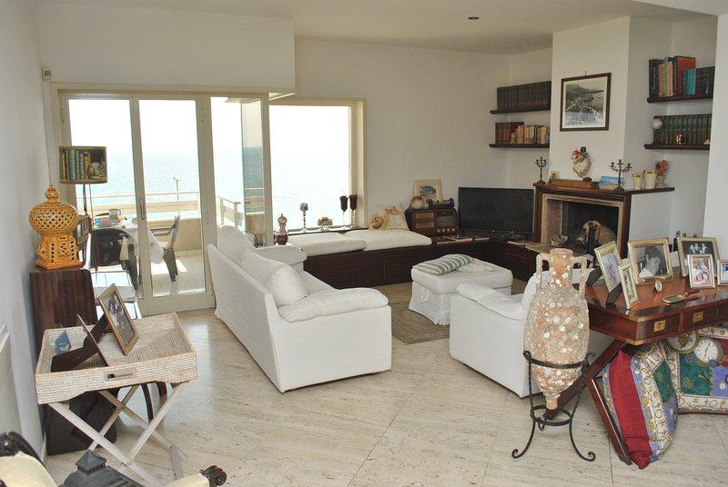 CASA NINA, elegante appartamento con terrazzo vista mare a 100 m dalla spiaggia, vacation rental in Maranola