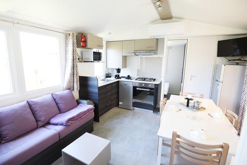 Beau Mobil-Home neuf 2018 Climatisé tout confort dans Village Camping 4****, holiday rental in La Palmyre-Les Mathes