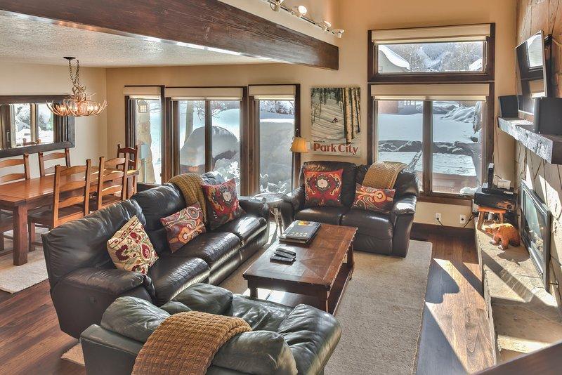 Sala de estar y comedor con acceso al patio privado con barbacoa y jacuzzi